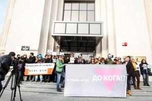 """Транспаренти од протестот пред Јавно обвинителство """"Истрагата е во тек... до кога!?"""". Фото: В. Џамбаски. CC BY-NC-SA."""